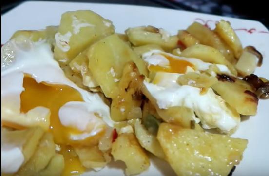 Huevos, patatas, huevos fritos, huevos rotos, huevos en la freidora sin aceite