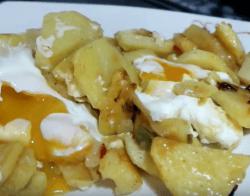 Plato de huevos con patatas, receta hecha en freidora sin aceite